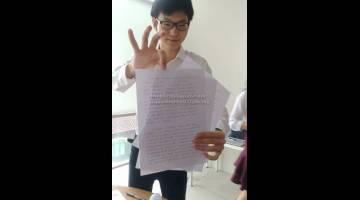 INOVATIF: He Lin menunjukkan hasil rekaannya iaitu sebuah mesin yang berupaya menulis seperti salinan asal manusia.