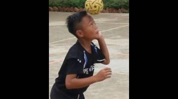 BERBAKAT: Para pemain menunjukkan kemahiran dan bakat mereka dalam pertandingan sengit memburu gelaran juara Kejohanan Sepak Takraw Peringkat Daerah Selangau 2019.