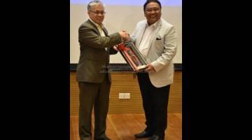 BESAUP NGEMANSANG TVET: Nidzam (kanan) meri tepa ngagai Khairuddin ti ngarika Wong bejadi program nya di UCTS, kemari.