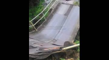 RUNTUH: Sebuah lori lungkup pengudah jematan di Kampung Segar, Simunjan runtuh ketegal tanah tusur tengah hari kemari.