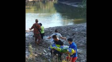 PENDUDUK kampung mengangkat kanak-kanak lelaki yang ditemukan lemas di Sg Muanad.
