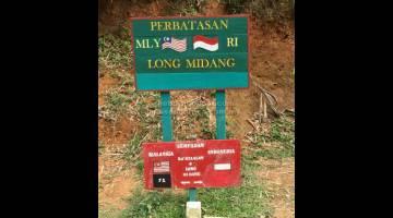 PERBATASAN: Papan tanda sempadan Malaysia di Ba' Kelalan dan Indonesia di Long Midang.