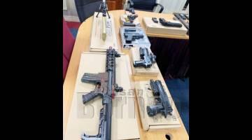SEBAHAGIAN dari senjata api tiruan pelbagai jenis yang dirampas di dalam sebuah kedai tingkat satu sebuah pusat beli belah di sini.
