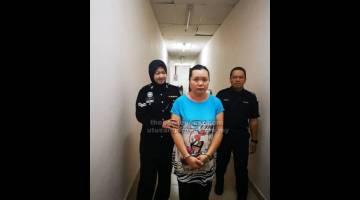 KE PENJARA: Tertuduh diiringi oleh pegawai polis semasa di Kompleks Mahkamah Negeri semalam.