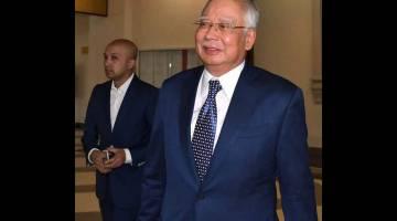 SEBUTAN SEMULA KES: Najib (kanan) keluar dari Mahkamah Tinggi di Kuala Lumpur, semalam selepas sebutan semula tujuh pertuduhan membabitkan dana SRC International Sdn Bhd berjumlah RM42 juta. — Gamabr Bernama