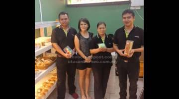 MARI SERTAI: (Dari kiri) Penyelia Everrise BDC, Mong Majit, wakil Sahara Cake House, Femmy Tan, bersama dua lagi kakitangan Everrise BDC, Kirin Sabeng dan Chong Chee Yang memperkenalkan peraduan.