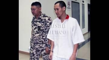 Alister Cogia di lobi Kompleks Mahkamah Kuching hari ini.