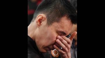 Chong Wei tidak dapat menahan perasaan sebak selepas menamatkan karier profesionalnya selama 19 tahun dalam sukan bulu tangkis pada usia 37 tahun pada sidang media khas di Kementerian Belia dan Sukan hari ini. - Gambar Bernama