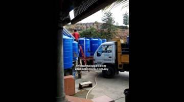 LANGKAH SEGERA DIAMBIL: Penghantaran bekalan air ke Rumah Robert, Suai.