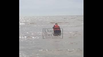 Usaha memujuk mangsa naik ke darat dibuat oleh anggota penyelamat Menara Pantai APM Miri.