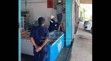 BERATKA PENGELIKUN: Raban pemeresa teknikal Sarawak Energy meresa kereja nyambung wayar sebuah supermarket mini di Jalai Miri-Bintulu.