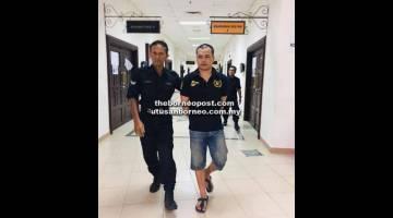 MENGAKU SALAH: Amie ketika berada di lobi Mahkamah Kuching.