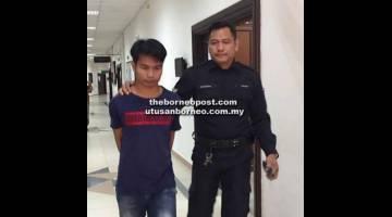 KENA SEMBILAN TAHUN: Roni dibawa ke bilik tahanan Mahkamah Kuching.