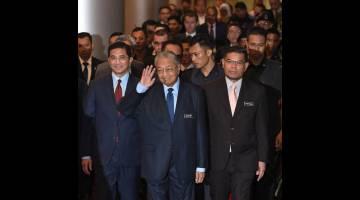 TIBA: Dr Mahathir hadir pada Persidangan Minyak dan Gas Asia Ke-20 (AOGC 2019) di Dewan Plenari, Pusat Konvensyen Kuala Lumpur (KLCC) dekat Kuala Lumpur, semalam. Turut hadir Mohamed Azmin dan Saifuddin. — Gambar Bernama