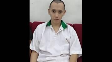 Alister ketika berada di lobi Mahkamah Kuching.