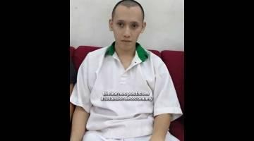 TUNGGU KEPUTUSAN: Alister ketika berada di lobi Mahkamah Kuching.