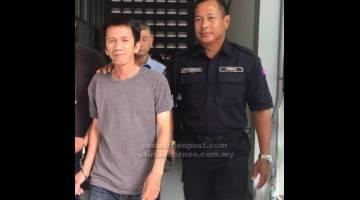 LIMA KES: Tang dibawa keluar dari mahkamah selepas didakwa atas tuduhan menipu.