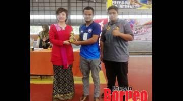 SYABAS: Hasbuddin (tengah) menerima hadiah Anugerah Penjaga Gol Terbaik.
