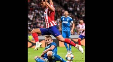 SANDARAN KELAB: Aksi Felix ketika perlawanan persahabatan antarabangsa di antara Atletico Madrid dan Juventus di Stockholm, Sweden minggu lalu. — Gambar AFP