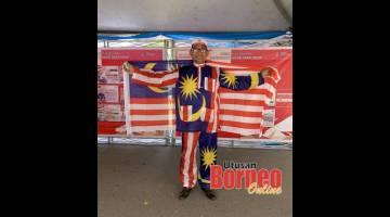 SEMANGAT: Rahman bersemangat memakai pakaian bercorak Jalur Gemilang.