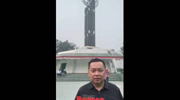 KENANGAN: Penulis merakam foto di hadapan Tugu Khatulistiwa.