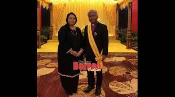 ANUGERAH: Bishop Danald Jute serta isteri Julita Jack Sungul, selepas dianugerahkan darjah Panglima Gemilang Bintang Kenyalang (PGBK) yang membawa gelaran Datuk.