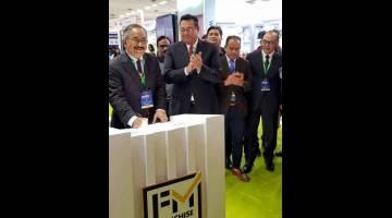 PERASMIAN: Rostam (kiri) membuat pelancaran semasa mengetuai delegasi Malaysia yang menyertai pameran industri di New Delhi, semalam. Turut kelihatan Hidayat (dua kiri)— Gambar Bernama
