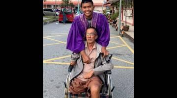 TUAI KEJAYAAN: Muhammad Fahim bersama bapanya ketika berada di Unit Forensik Hospital Sultanah Nur Zahirah (HSNZ), Kuala Terengganu semalam semalam. — Gambar Bernama