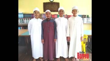 ALBUM: Abdul Muadz (dua,kiri) merakam gambar kenangan bersama Awang (kiri), Aidil (dua,kanan) dan Al Faad (kanan).