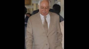 TENANG: Najib ketika hadir di Mahkamah Tinggi bagi menjawab pertuduhan berkenaan SRC semalam. — Gambar Bernama