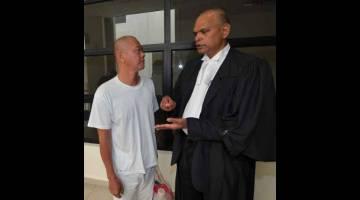 BEBAS: Seorang lelaki dilepas dan dibebaskan oleh Mahkamah Tinggi Muar semalam daripada tuduhan membunuh teman wanitanya yang merupakan warga Singapura di Kluang, enam tahun lepas. — Gambar Bernama