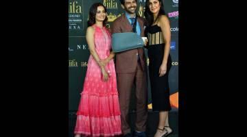 """DIBATALKAN: Gambar yang diambil pada 4 Mac 2020 ini menunjukkan pelakon Bollywood (dari kiri) Dia Mirza, Kartik Aaryan dan Katrina Kaif menghadiri sidang media IIFA di Mumbai. Bollywood baru-baru ini mengumumkan bahawa acara anugerah IIFA telah dibatalkan kerana """"sensitiviti"""" krisis kesihatan yang semakin meningkat. — Gambar AFP"""