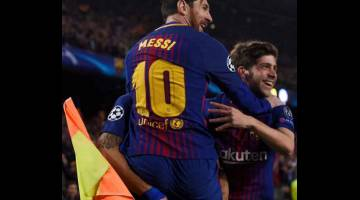 SATU HATI: Messi meraikan jaringannya bersama rakan sepasukan, Sergi Roberto (kanan) selepas menjaringkan gol pada perlawanan kedua pusingan 16 terakhir Liga Juara-Juara menentang Chelsea di Nou Camp, Barcelona dalam gambar fail bertarikh 14 Mac 2018. — Gambar AFP