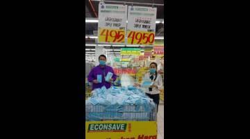 MURAH DAN BERKUALITI: Kakitangan Econsave menunjukkan bekalan topeng muka yang mula diagihkan kepada seluruh cawangan Econsave di Sabah dan Sarawak bermula semalam.