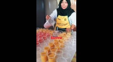 MENYEGARKAN: Nur Amalina menyediakan dadih untuk jualan semasa Ramadan.