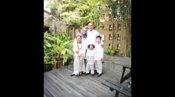 SELAMAT HARI RAYA: Kurniawan bersama keluarga beraya di Sabah sahaja kerana COVID-19.