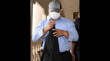 TIDAK MENGAKU: Ahmad Azwan mengaku tidak bersalah di Mahkamah Sesyen, Kuala Lumpur semalam terhadap pertuduhan memperdayakan pegawai kanan Perbadanan Harta Intelek Malaysia (MyIPO) berhubung skim pelaburan berjumlah RM85,530,000. — Gambar Bernama