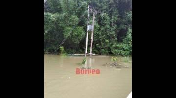 AMPUH BAH: Sebuah tiang ti didirika di Sungai Song ke alai sius nya kena ampuh bah.