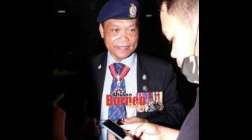 KEBAJIKAN DIJAGA: Dunging ditemui pada upacara penghormatan terakhir mendiang Awang Raweng di Dewan Suarah Kuching semalam. — Gambar Muhammad Rais Sanusi