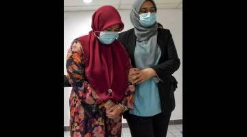 TERIMA PADAH: Halimah (kiri) mengaku tidak bersalah di Mahkamah Sesyen Kuala Terengganu semalamterhadap empat pertuduhan menerima suapan keseluruhan bernilai RM29,700 berkaitan pengesahan kerja-kerja pembersihan pejabat dari 2015 hingga 2018. — Gambar Bernama