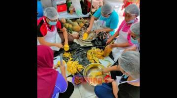 HILIRAN TANI: Peserta kursus memproses nanas bagi menghasilkan jem dan sos nanas.