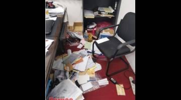 Keadaan dalam ibu pejabat DAP Miri yang dipecah masuk.