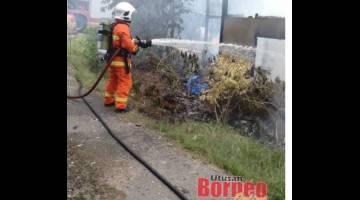 Anggota Bomba berusaha memadamkan api yang memusnahkan sebuah rumah dua tingkat di Kampung Belimbing, Padawan.