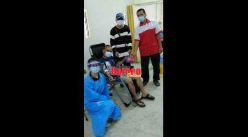AKTIVITI MURNI: Lee (berdiri, dua kanan) Wong (berdiri, kanan) bersama para penderma.