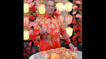 SIBMBOLIK: Muhyiddin menggaul Yee Sang pada Sambutan Rumah Terbuka Malaysia Tahun Baharu Cina Norma Baharu 2021 yang disiarkan secara maya malam kelmarin.  — Gambar Bernama