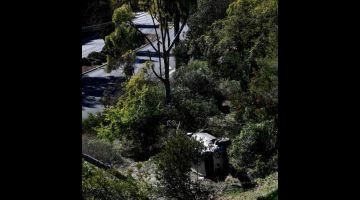 REMUK: Kenderaan SUV yang dipandu oleh Woods dilihat                 tercampak di tepi jalan selepas kemalangan di Rancho Palos Verdes, California kelmarin. — Gambar AFP