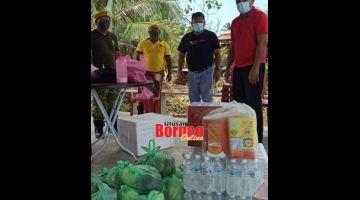 Enam keluarga Rumah Uchong  menerima sumbangan makanan