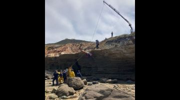 DISELAMATKAN: Gambar serahan Jabatan Bomba San Diego melalui akaun Twitter rasmi mereka SDFD menunjukkan para penyelamat menggunakan kenderaan penyelamat tebing Pengawal Penyelamat San Diego untuk menaikkan mangsa ke paras jalan raya selepas bot tersebut karam luar pantai San Diego, California kelmarin. — Gambar AFP