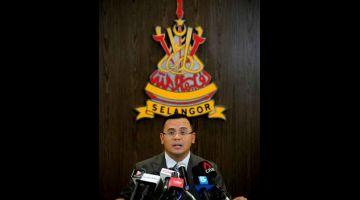 SIDANG MEDIA: Amirudin bercakap pada sidang media berkaitan Perintah Kawalan Pergerakan (PKP) yang akan dilaksanakan ke atas enam daerah di negeri Selangor bermula 6 Mei di Kediaman Rasmi Menteri Besar Selangor DI Sha Alam, semalam. — Gambar Bernama