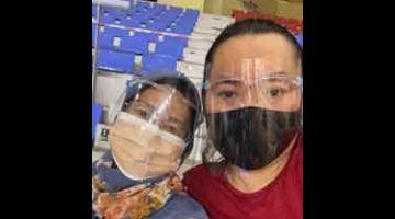 RATU HATI: Arn dan ibunya, Jaliha ketika berada di Stadium Tertutup Miri bagi menjalani ujian saringan COVID-19 pada Rabu lalu.